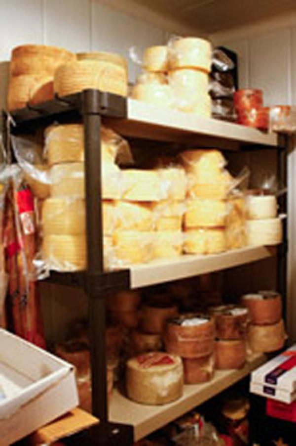 Disfruta de catas de quesos maridados con vino en la franquicia Hasta los Andares