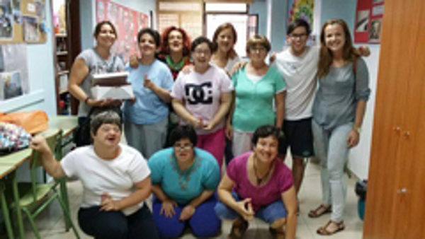 La franquicia ¡Vaya Tinta! Cullera colabora con la Asociación Baladre en la entrega de material.