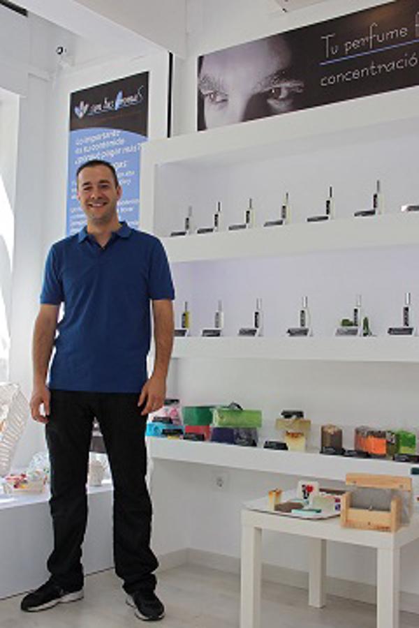 Un joven emprendedor se pone al frente de la segunda perfumería de las franquicias Son Tus Aromas abierta en Madrid