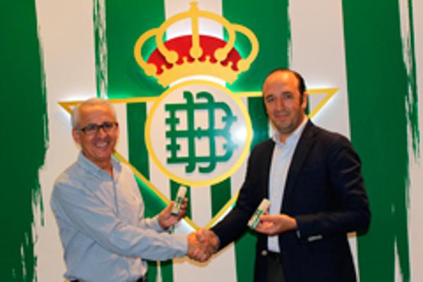 El Real Betis Balompié y las franquicias Woman 30 lanzan el perfume 'Trece Barras'