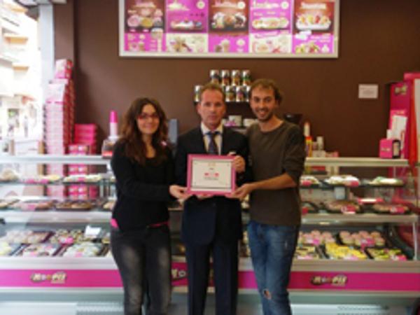 La red de franquicias Moopis and Coffee entrega una placa de reconocimiento a su franquiciado de Ponferrada