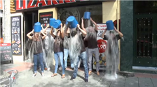 Lizarran cumple el reto del Ice Bucket Challenge en sus franquicias