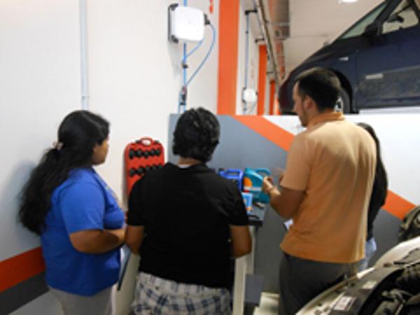 Las franquicias Repara Tu Vehículo dan cursos de mecánica para mujeres